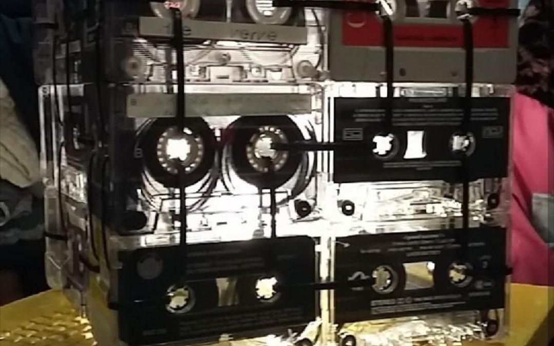 Illuminati la giornata riciclando vecchie musicassette.